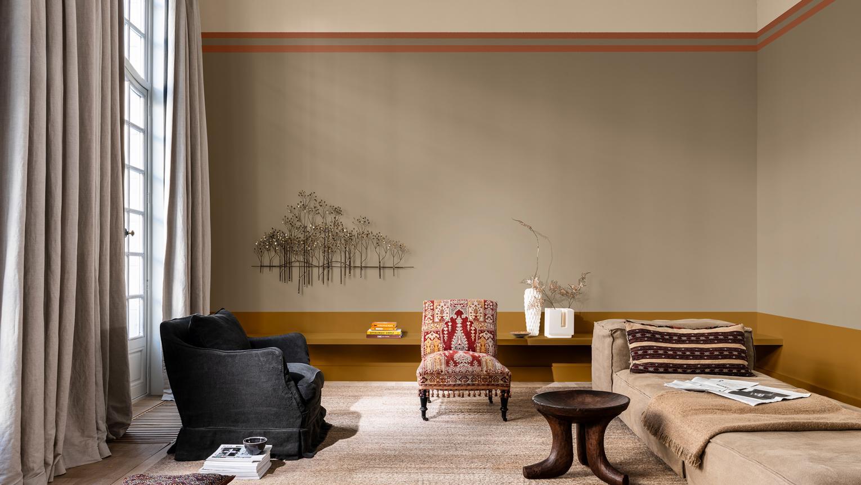 Woonkamer in Brave Ground™ met een lage gouden horizonlijn en een hoge crème opgesplitste muur
