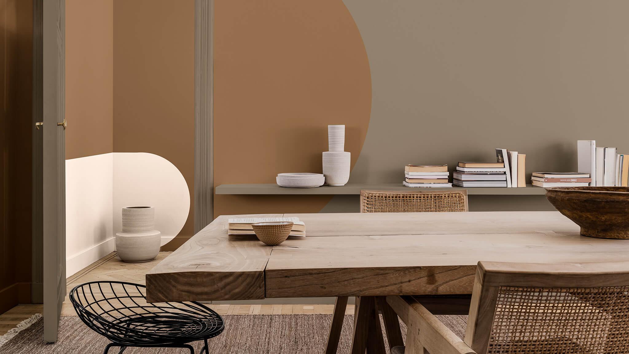 Eetkamer met grafisch geverfde bogen in crème en muren in bruin